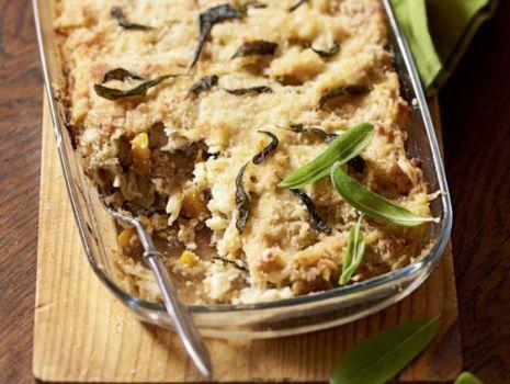 Przepis: Makaron z dynią i orzechami, zapiekany w sosie serowym