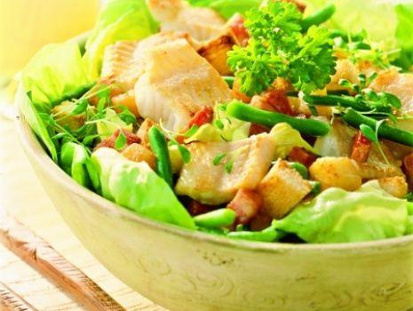 Przepis: Sałatka z ryby, boczku i grzanek