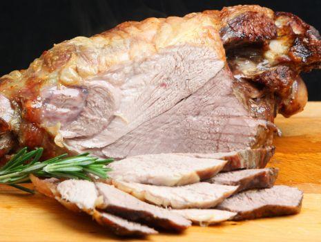Przepis: Pieczony udziec jagnięcy z marchewką