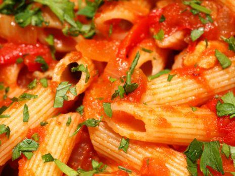 Przepis: Penne z pomidorowym sosem i parmezanem