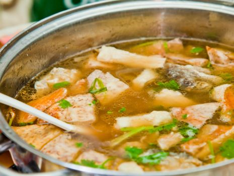 Przepis: Zupa rybna z nowalijkami i trybulą