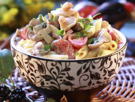 Przepis: Sałatka makaronowa z maślakami i pomidorami