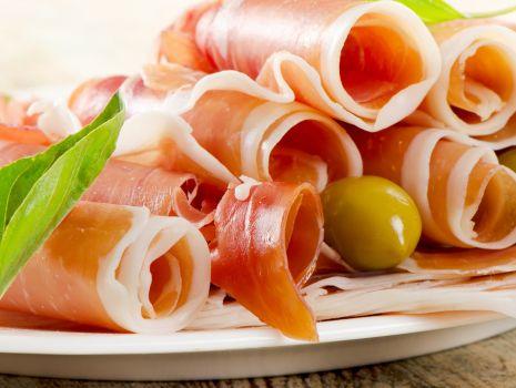 Przepis: Bagietka z szynką, brie, oliwkami i bazylią