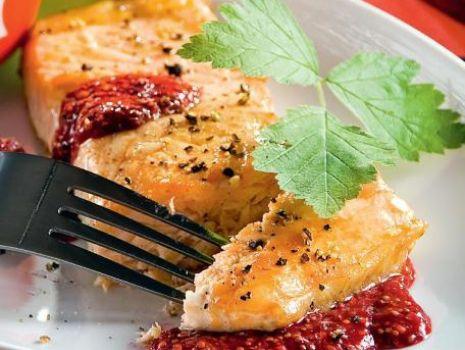 Przepis: Filety z łososia z sosem ze świeżych malin