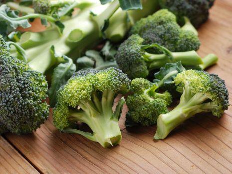 Przepis: Sałatka z mozzarellą i brokułami