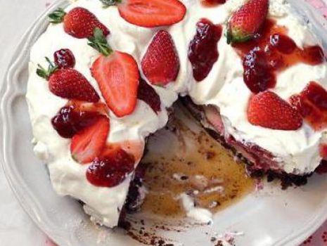 Przepis: Sernik z czekoladą i truskawkami