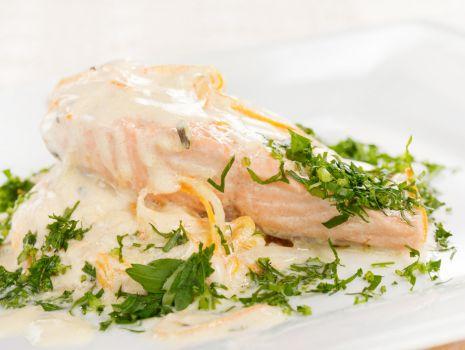 Przepis: Stek z łososia w sosie z wina