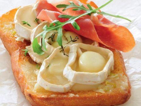 Przepis: Czosnkowe tosty z szynką
