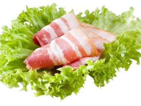 Przepis: Sałatka z czosnkowym boczkiem i oliwkami