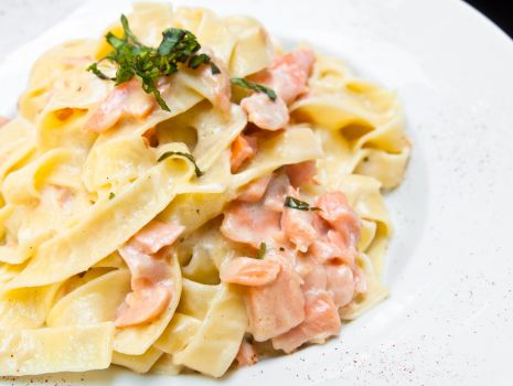 Przepis: Makaron smażony z łososiem i parmezanem