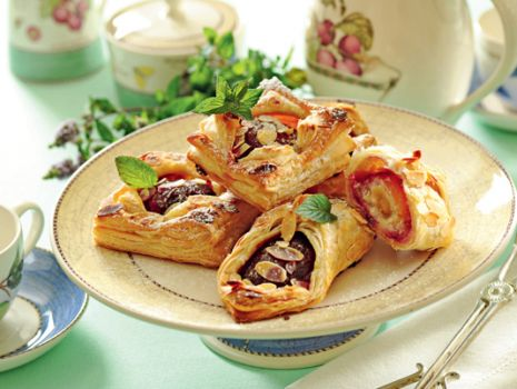 Przepis: Ciasteczka francuskie z marcepanem i śliwkami