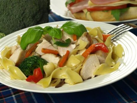 Przepis: Sałatka makaronowa z kurczakiem i sosem włoskim