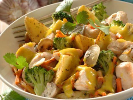 Przepis: Sałatka z brokułami, kurczakiem i curry