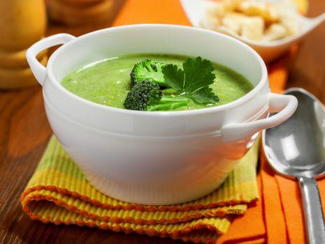 Przepis: Zupa brokułowa z orzechami i siemieniem