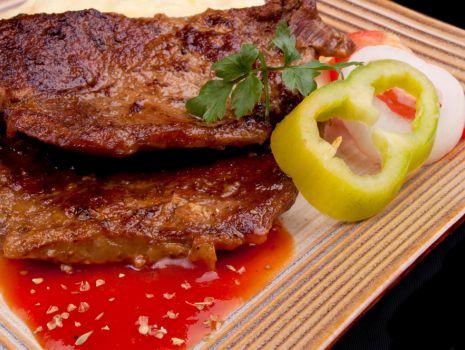 Przepis: Steki z tequilą i salsą fasolową