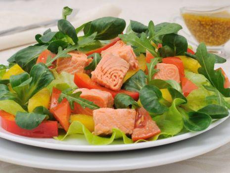 Przepis: Sałatka z wędzoną rybą marynowaną w czosnku