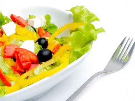 Przepis: Zielona sałata z oliwkami i papryką