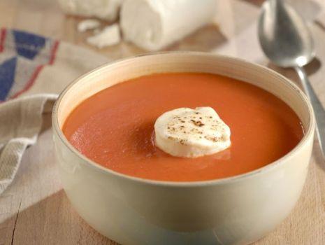 Przepis: Zupa pomidorowa z musem serowym