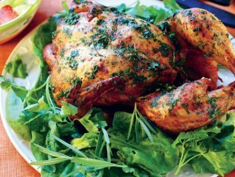 Przepis: Kurczak w ziołach na szpinaku