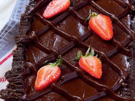 Przepis: Tarta czekoladowa z truskawkami