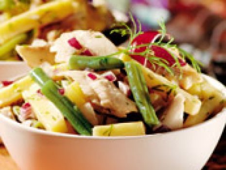 Przepis: Sałatka z fasolką szparagową i wędzoną rybą