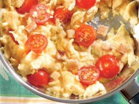 Przepis: Jajecznica z grzankami i pomidorkami