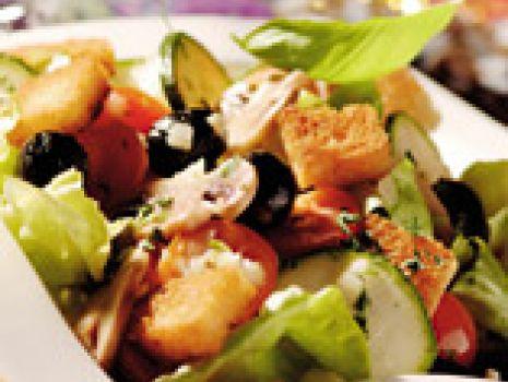 Przepis: Sałatka z pomidorkami i grzankami