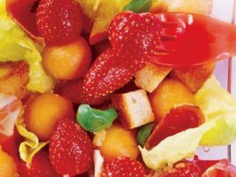 Przepis: Sałatka truskawkowa z szynką