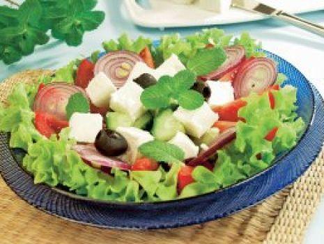 Przepis: Sałatka z serem feta i miętą