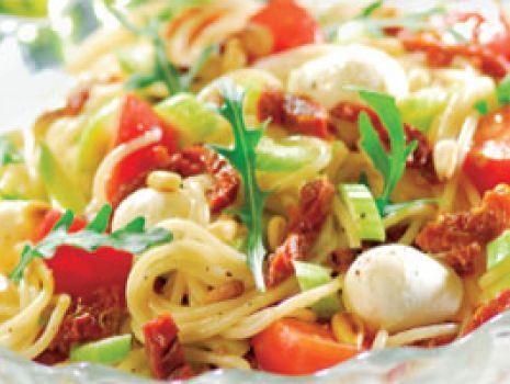 Przepis: Sałatka z makaronem i mozzarellą