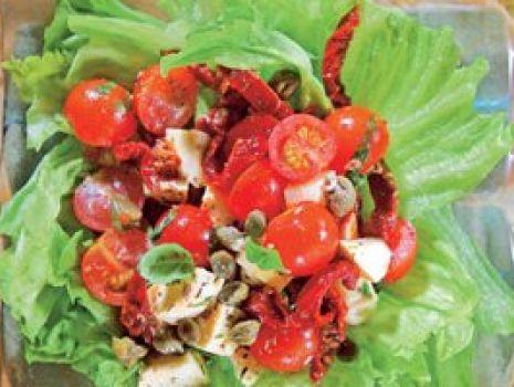 Przepis: Sałatka z kaparami i suszonymi pomidorami