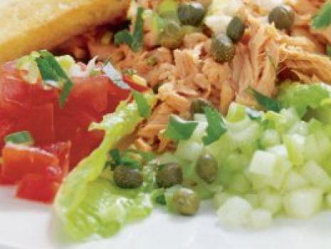 Przepis: Sałatka tuńczykowa z jajkiem