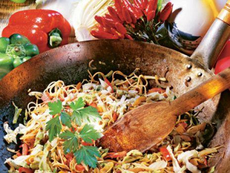 Przepis: Makaron z woka z warzywami