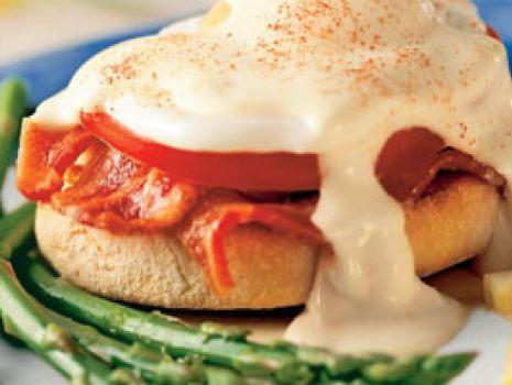Przepis: Jajka benedyktyńskie ze szparagami
