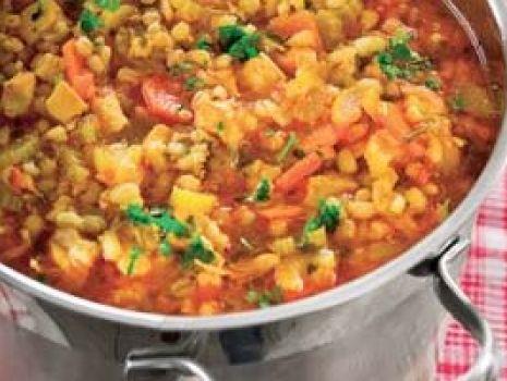 Przepis: Zupa z pomidorami, kurczakiem i pęczakiem