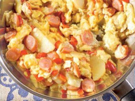 Przepis: Jajecznica z ziemniakami i parówkami