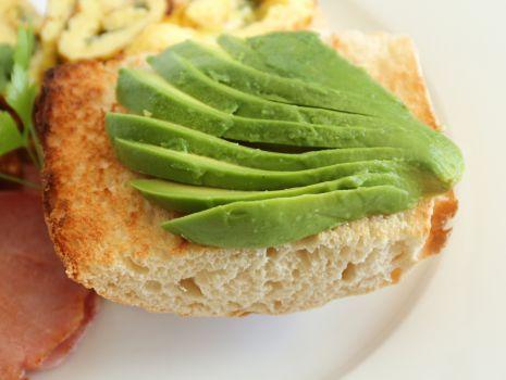 Przepis: Crostini z awokado