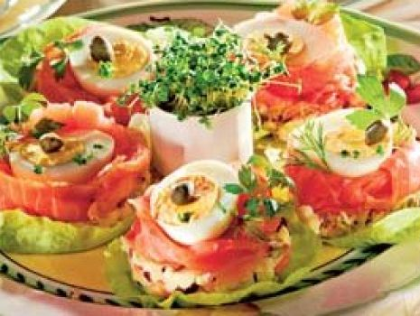 Przepis: Jajka w gniazdkach z łososia