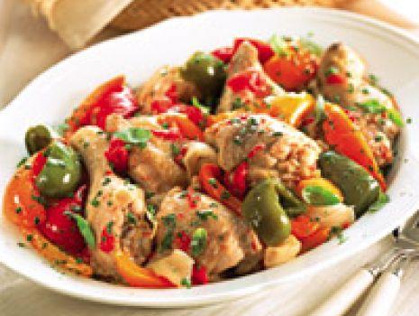Przepis: Kurczak z papryką, pomidorami i ziołam