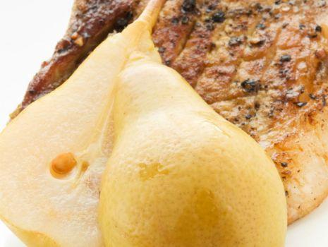 Przepis: Steki z gruszkami w sosie orzechowym