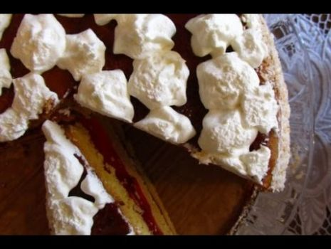 Jak zrobić tort z bitą śmietaną i truskawkami. Przepis