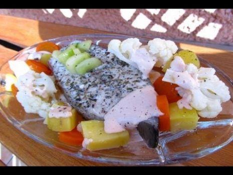 Jak zrobić łososia na parze z warzywami. Przepis