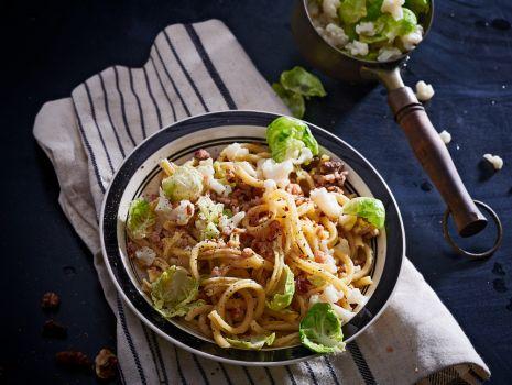 Przepis: salatka makaronowa z kalafiorem, orzechami i listkami brukselki