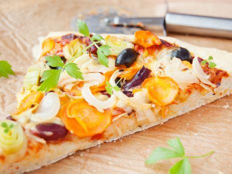 Przepis: Pizza z porem, marchewką, oliwkami i fasolą