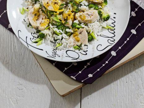 Przepis: Ryżowa sałatka z kurczakiem i brokułami