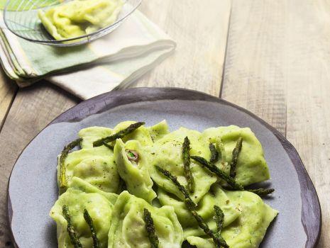 Przepis: Zielone pierogi z puree pietruszkowo-ziemniaczanym i szynką dojrzewającą