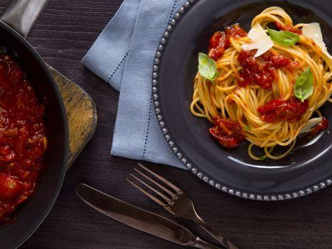 Przepis: Makaron z mocno pomidorowym sosem
