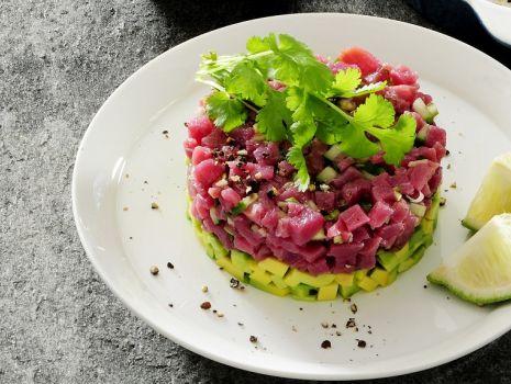Przepis: Tatar z tuńczyka z awokado