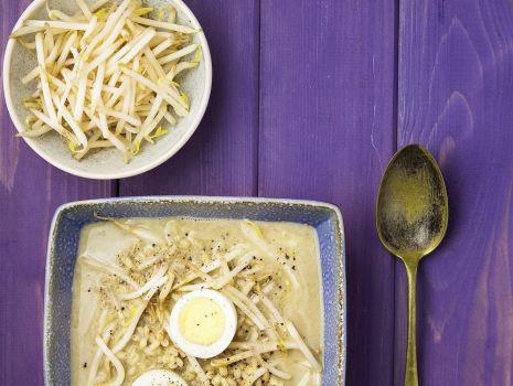 Przepis: Zupa szczawiowa z pęczakiem i kiełkami fasoli mung