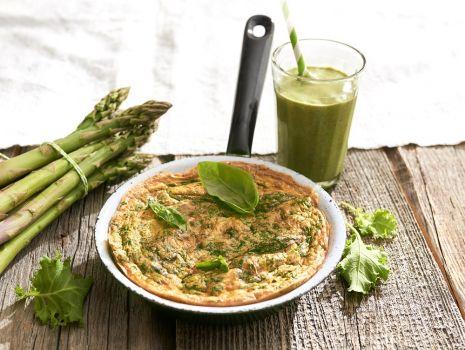 Przepis: Frittata ze szparagami, natką i bazylią